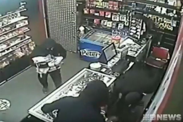 Article image for WATCH: Shopkeeper traps thieves in store