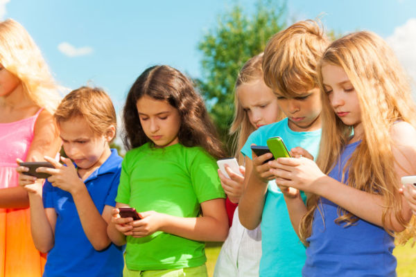 Calls to ban smartphones in the schoolyard