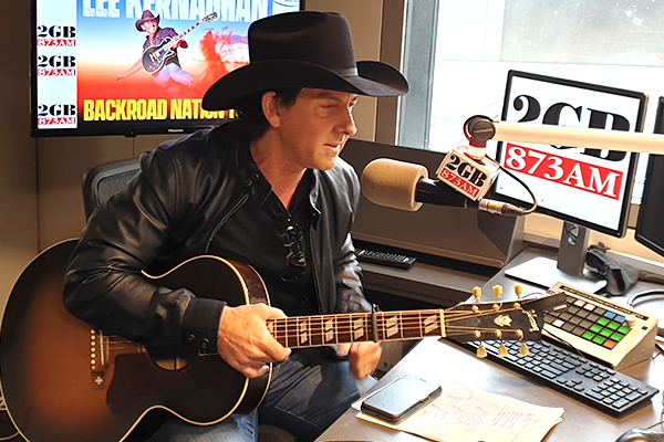 Lee Kernaghan performs new song live for the first time
