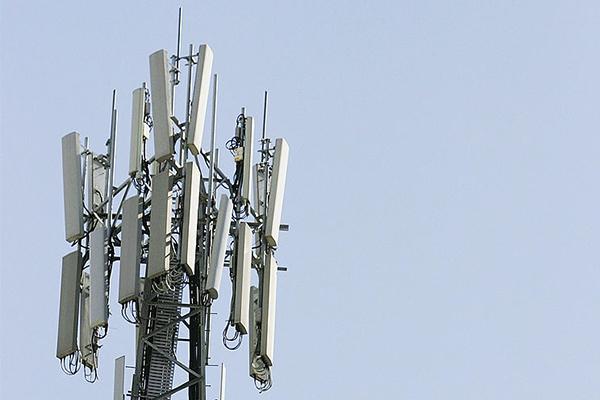 Telstra fails to turn on phone tower in mobile black spot near bushfires