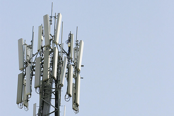 Article image for Telstra fails to turn on phone tower in mobile black spot near bushfires