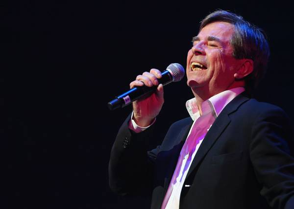 Music legend John Paul Young gives surprise performance at school musical