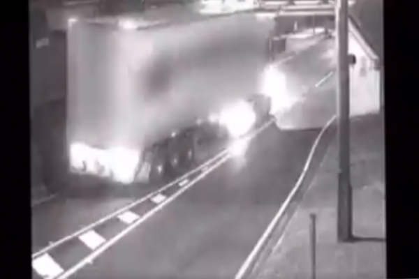 Article image for Renewed calls for flashing warning lights for bridges after truck crash causes chaos