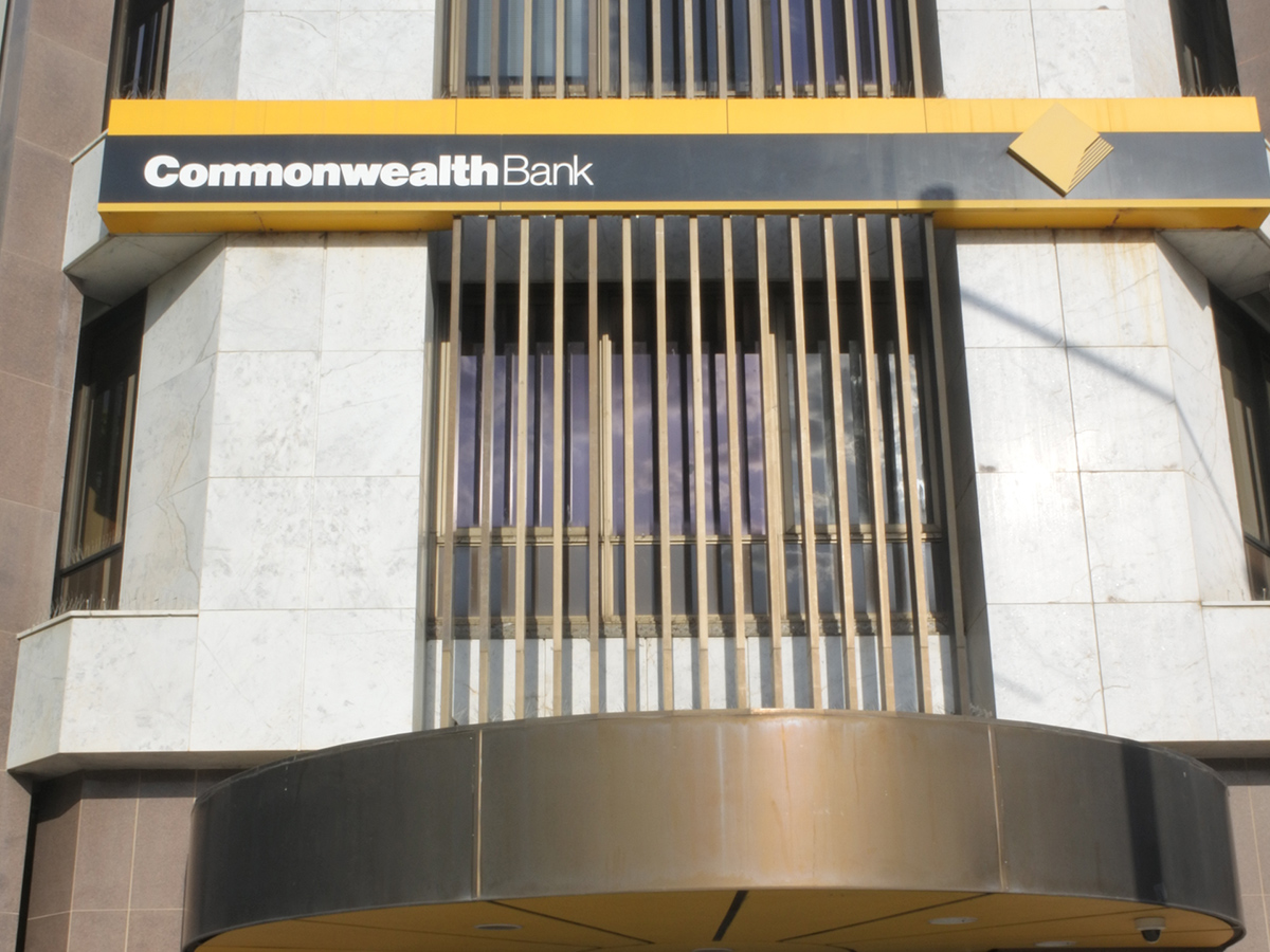 Commbank 'urgently' scrambling to resolve service outages