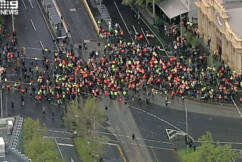 Tradies and police at stand-off in Melbourne's CBD in anti-vaccination protests